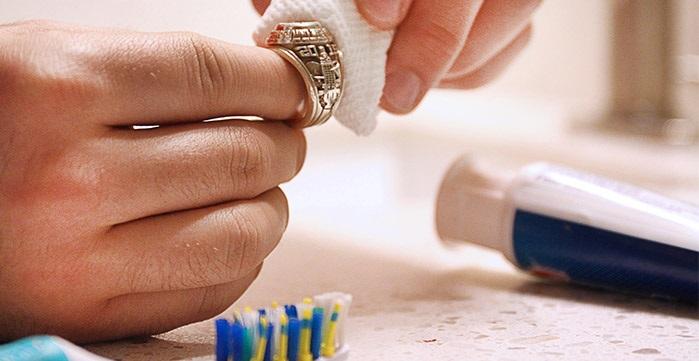 Một cách đơn giản khác để lấy đi lớp xỉn màu trên bề mặt đó là bạn dùng kem đánh răng thoa lên đồ trang sức. Sau đó dùng bàn chải chải nhẹ nhàng đến khi lớp xỉn màu không còn nữa.